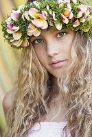 花飾りを付けた若い女性