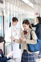 電車通学する女子高生