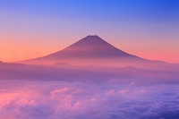山梨県 日の出の富士山と雲海