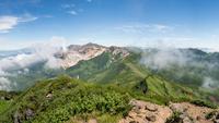 北海道 富良野岳山頂から見た十勝岳