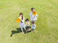 メガホンを持つ日本人家族