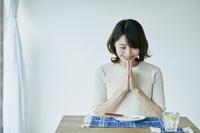 手を合わせる日本人女性