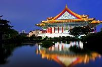 台湾 中正紀念堂の光華池から望む国家音楽庁の夜景 台北市