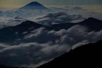 静岡県 南アルプス赤石岳より見る月夜の雲海と富士山