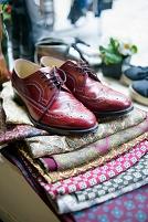 ウィングチップの革靴とスカーフ