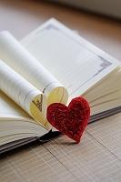 日記帳とハートのモチーフ