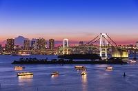 東京都 お台場より屋形船とレイボーブリッジ夕景