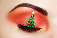 クリスマスツリーのメイクをした瞼