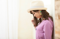 帽子を被った日本人女性