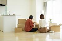 引っ越しをする日本人の若いカップル