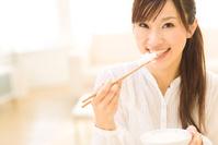 ご飯を食べようとする日本人女性