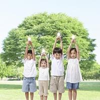 電球を持つ日本人の子供達