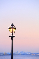 神奈川県 夜明けの港と街灯