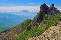 山梨県 権現岳山頂(八ヶ岳)の岩塔と富士山遠望