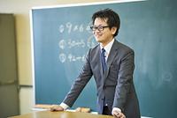 黒板の前の先生