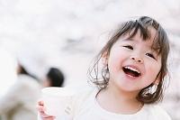 カップを持つ日本人の女の子