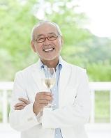 ワイングラスを持つシニアの日本人男性