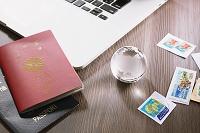 旅行イメージ パスポートとクリスタル地球儀