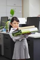 書類を持つビジネス女性