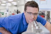 製造工場でチェックをしている外国人男性