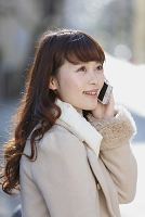 携帯電話を掛ける日本人女性