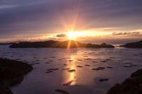 岡山県 朝日射す虫明湾のカキ筏