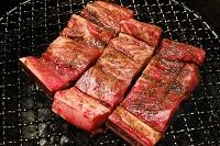 牛骨付きカルビの焼肉