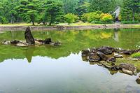 岩手県 毛越寺庭園の大泉が池 出島石組と池中立石