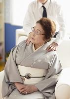 肩をマッサージされるシニア女性