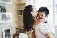 母親に抱っこされる日本人の子供