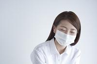 マスクをして目を閉じる日本人女性