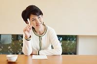 手紙を書く日本人女性