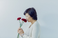 母の日にカーネーションをもらって喜ぶ日本人女性