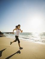 浜辺を走る外国人女性