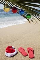 ビーチのサンタ帽とサンダル