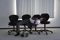 会社に泊まるビジネスマン