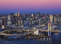 東京都 レインボーブリッジと東京タワー/夕景