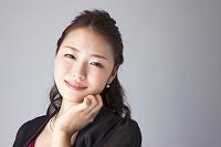 パーティードレスを着た日本人女性