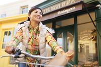 街並みを自転車で走る日本人女性