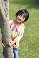 芝生の庭で遊ぶ少年