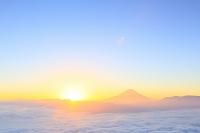 山梨県 櫛形林道 夜明けの富士山と雲海の山並み