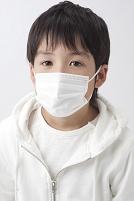 マスクをした日本人の男の子