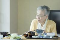食事を摂るシニアの日本人女性