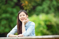新緑と日本人女性