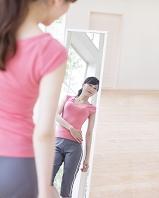 鏡を見る日本人女性