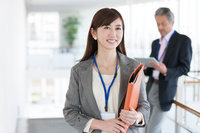 ファイルを持っている笑顔の日本人ビジネスウーマン