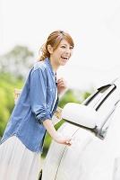 車と笑顔の女性