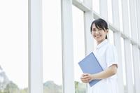 笑顔の日本人介護士