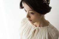 アクセサリーをつける日本人女性