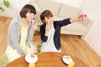 携帯カメラで写真を撮る日本人女性